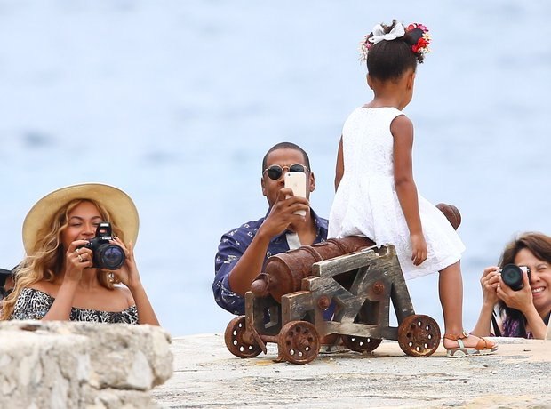 Beyonce and Jay Z Taking Pictures Of Blue Ivy